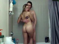 Cam pareja tomando una ducha, después de follar un poco, esta pareja cam es tomar una ducha juntos. A continuación, vuelven por más.