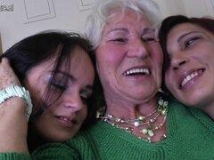 Norma abuela folla a dos jovencitas lesbianas