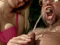 Anciano tiene chary bebiendo su orina