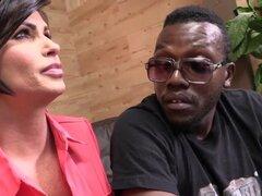 Shay Fox consuela a un hombre negro teniendo sexo con él