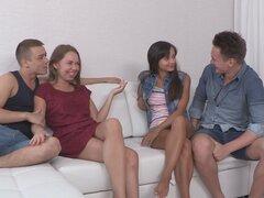 Caliente de edad adolescente bellezas Janna y Sara en un cuarteto, cuties de adolescente caliente edad Janna y Sara en un cuarteto con sus aliados favorables boy después de clase.