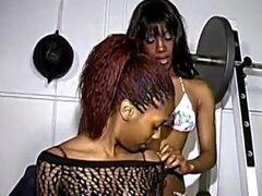 Gancho de ébano pollitos hasta en un gimnasio para una sesión de sexo lésbico