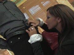 Increíble pornostar Christine Roberts en fabuloso europeo, películas de sexo hd. Christine Roberts trabaja en un elegante hotel, donde su jefe la lleva en el salón y tiene su haz sobre sus rodillas, para darle una mamada. A continuación, él le dice que se