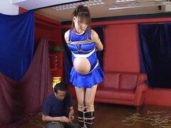 Reina de raza Yuri Matsushima Pregnant en régimen de servidumbre. Yuri Matsushima es una caliente MILF asiática que es un sexy racequeen. Ella se ata para arriba en su falda corta con las manos y pies atados. Su chico corta el paño sobre sus tetas y esta