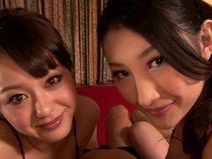 Caliente acción trío FFM por chicas japonesas soplando una polla en POV