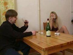 Teen rusa que Dana se la follan por detras, Adorable teen rusa rubia Dana obtiene su coño cerrado de golpe por detrás en este adolescente sexo video.