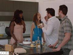 VIXEN Riley Reid tiene trío intenso con Ana Foxxx y novio