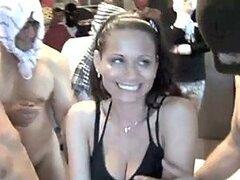 Hombre cuckold observa paciente mientras treinta hombres cachondos se follan a su esposa