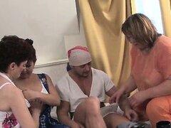 Tres cachondas viejas señoras compartiendo un gran part5