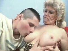 Abuela follando a jovencito con Strapon Bvr