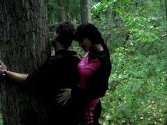 Femdom Strapon follando en el bosque.