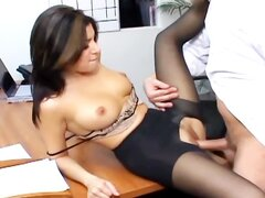 Sexo de oficina con Secretaria tetona en medias sexy