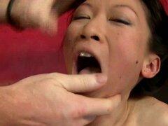 Mei Lee pequeña asiática adolescente extrema oral. Grandes pollas blancas empujey libra en la cara de pequeña asiática adolescente cutie