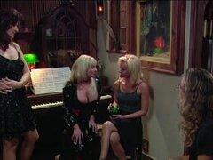 Lesbianas maduras seduce más joven, lesbianas maduras seduce más joven una escena caliente de fumar para los amantes del porno lesbico real