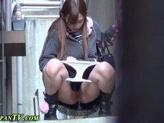 PISSING asian en spycam. Meando chica asiática queda atrapado en spycam para la acción de repetición
