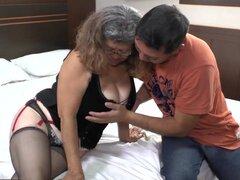 Abuela de Agedlove con grandes tetas golpeado