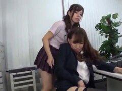 Profesora asiática cachonda humps pierna colegiala como un wildthing, una colegiala controla su maestra por seducirla con sus pies que el maestro adora y entonces el profesor chepas pierna estudiante s como una mascota antes de que ella corre con un orgas