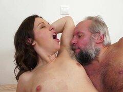 Morena peluda obtiene golpeado por hombre viejo en el baño