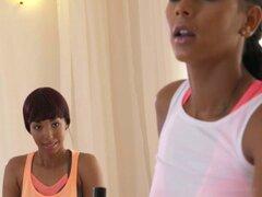 Lesbianas de ébano digitación negro deportivo redhead. Lesbiana pelirroja deportivo ébano negro de digitación en el gimnasio