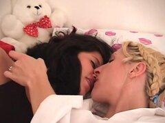 Dos chicas de sueño están teniendo un sexo lésbico erótico