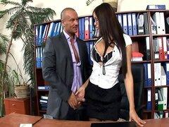 Secretaria de la oficina follada en medias y tacones