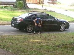 Chica atrapada en voyeur cam meando en la rueda de coche