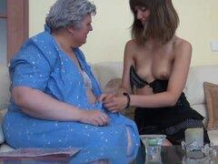 Abuelita en vestido azul obtiene su coño digitación