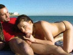 Mamada en publico frente a la playa