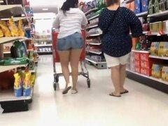 Ajuste culo en shorts blancos piel apretada, ver esas piernas sexy y caliente culo en shorts me hizo querer tomar una mirada más cercana. Así lo hice, discretamente. Ella fue de compras para comestibles y agacharse todo el tiempo y yo seguí comprobando su