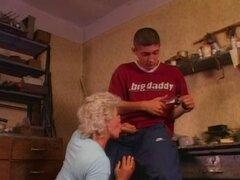 Caliente abuela Effie ama anal. Peludas abuela en medias obtiene su culo jodido
