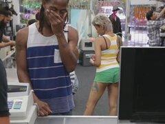 Chick Horny cutie obtener follada por dinero en efectivo, hermosa hottie vendiendo su TV y su coño por dinero rápido