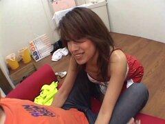 Falda del látex hottie de rodillas para comer eroticamente - un dick Risa Aihara