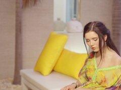 Malena en misteriosa chica - PlayboyPlus, belleza ucraniana Malena revela lentamente en este seductor video de productor Fredrik Andersson. Procedente de Kiev, esta belleza de pelo oscuro encuentra felicidad en las cosas más finas del arte y la música a t
