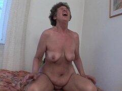 Abuela peluda le encanta el sexo anal