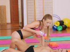 Lesbianas en sesenta nueve en gimnasio. Después de terminado fitness entrenamiento a dos chicas lesbianas morenas calientes tomados sus cimas y en shortses lamiendo y besando entonces tenían oral en sesenta nueve en el piso