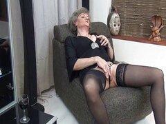 Ama de casa madura en medias negras sexys
