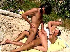 Kinky trío en la playa con Ellen Saint