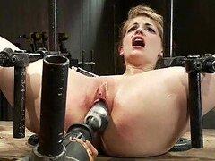 Caliente rubia alcanza el orgasmo al ser penetrada sin cesar por una maquina de follar en video BDSM