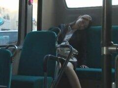 Snuggle encima con un extranjero, escenas de la pareja de la mujer tomando un autobús largo y dormirse en el tipo sentado junto a ella y finalmente conseguir caliente. Que una fantasía, a menos que sea un pedo de edad dormirse a usted. Una película protag