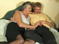 Abuela caliente follada en la cama
