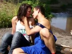 Hermosa chica adolescente caliente teniendo sexo apasionado en el bosque