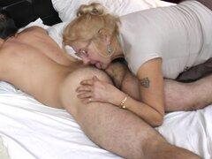 Anciana peluda follando y lamiendo culo