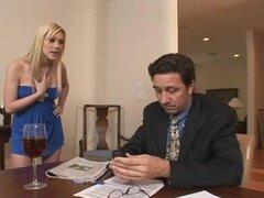 Pelicula porno de doble penetración en la oficina del jefe, Tina es follada por su jefe en este video de doble penetracion polla y chupa barras y obtiene un gran tornillo anal.