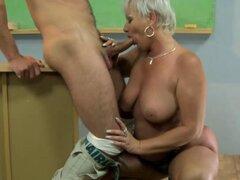 Madura abuela amateur chupando polla y le encanta