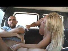 Chica colombiana Tetona follando en una furgoneta