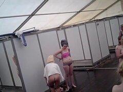SpyCam en la ducha de las chicas. La cámara sigue a la mujer en la ducha