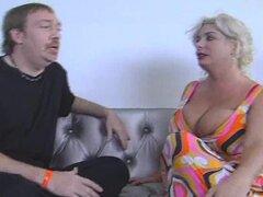 Gran Teta Claudia Marie follada por sucio D, Claudia Marie es una mujer experta puta con tetas gigantescas! D sucio golpeado en ella en un show porno y ella rogó a su mierda! Reloj D darle el DICK!