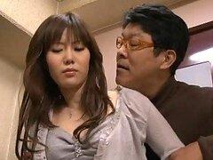 Caliente Asiatico cachondo se aprovecha de una jovencita adolescente en publico