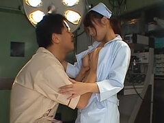 Esta es una enfermera salvaje que disfruta recibiendo sus grandes tetas besados