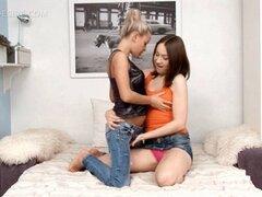 Desnudo lesbianas boobed pequeñita obtiene Calvo twat frotado. Pequeñas lesbianas rubia boobed consigue su coño afeitado frotado